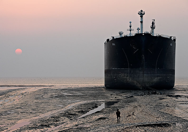 Читтагонг: жизнь на свалке ржавых кораблей