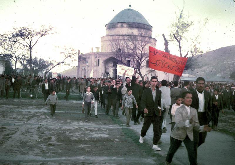 """""""Промышленные рабочие, которых к 1978 году было 334 тыс. человек, провели в 1960-70-х годах ряд крупных стачек и..."""