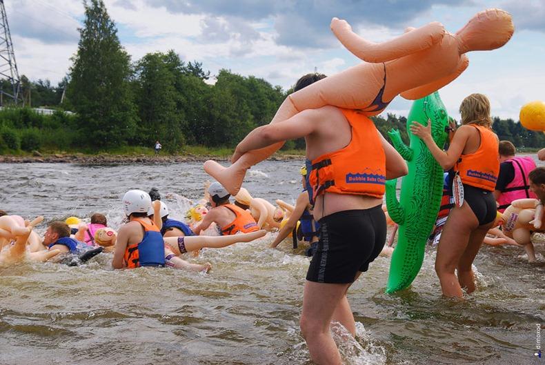 Фото недели: заплыв на резиновых женщинах в России