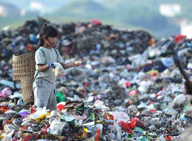 Китайские дети на свалке в Гуйчжоу