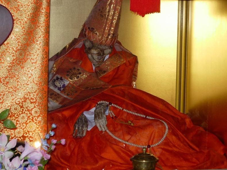 Как японцы сами себя мумифицировали