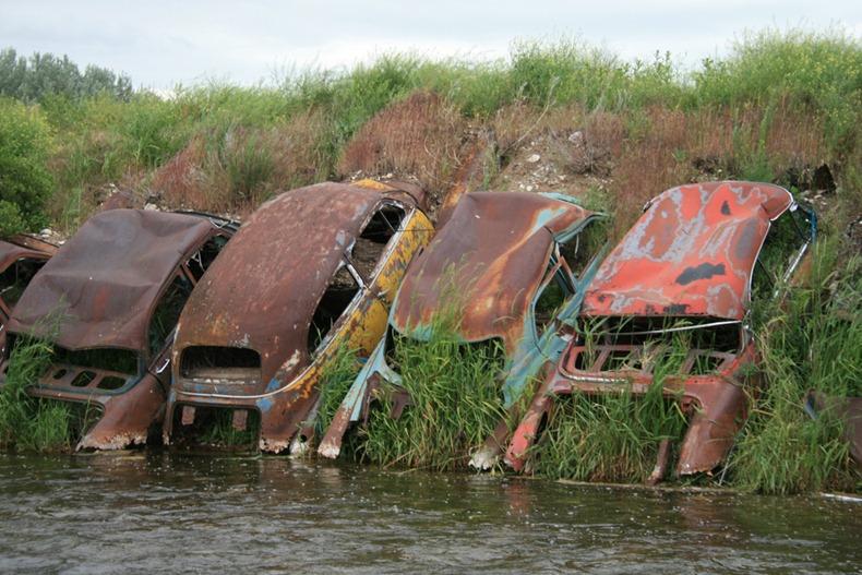 Как в США берега рек автомобилями укрепляли
