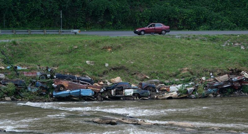 В Детройде власти были обеспокоены эрозией реки в 50-х годах.  И чтобы укрепить берег, они стали испольовать кузова...