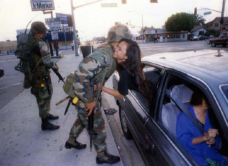 Азиатка благодарит национальных гвардейцев за спасение
