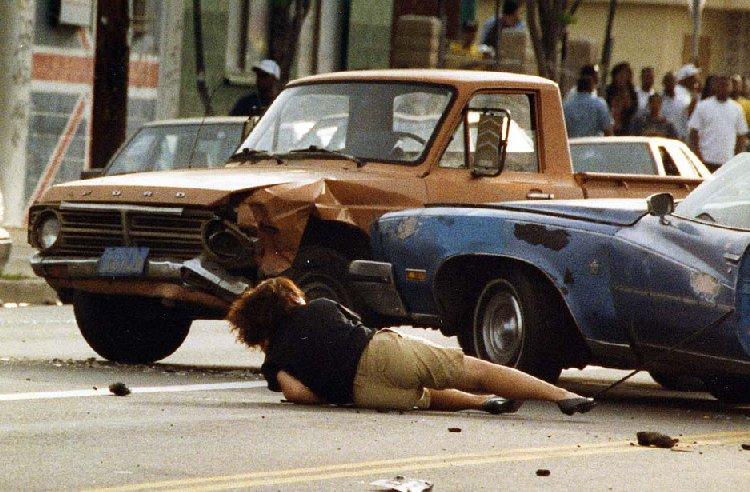 Но уже вечером на улицах появилась негритянская молодёжь. Она принялась забивать камнями белых и азиатов. На этих фото видно, как выглядит это варварство: