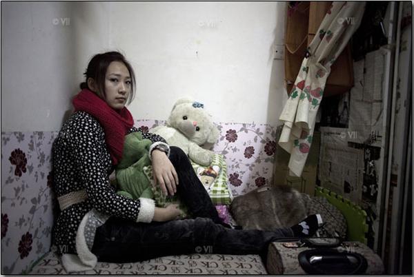 Комната размером со шкаф. В ней может поместиться только односпальная кровать. В этом подвале живёт косметолог Чжао Дэн. Комната обходится ей в 350 юаней в месяц (примерно 60 долларов)