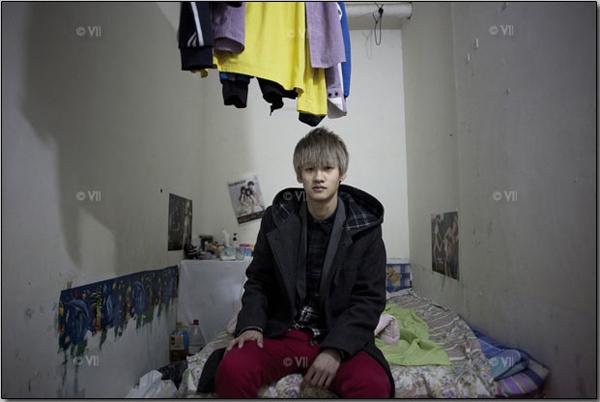 Это подвальное помещение, едва по ширине равное двуспальной кровати, является домом для 23-летнего Сяо Си. Стены и постельное бельё из-за сырости в этой комнате постоянно заражаются грибком: