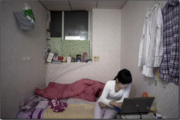 Дэн Ликсиа, 24 года, окончила университет в г. Циндао в восточном Китае. В июне 2011 года она приехала в Пекин и устроилась на работу в IT-сфере. Эту подвальную комнату она разделяет со своим другом, работающим в супермаркете: