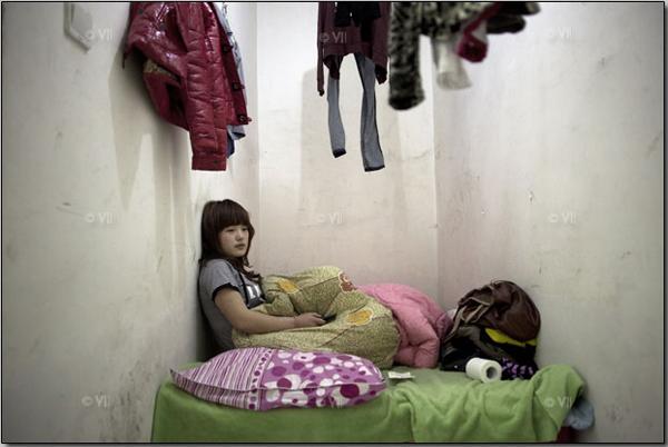 В этой комнатушке площадью 3 кв.м живёт Лю Цзин, 21 год. Она приехала в Пекин из центральной провинции Хэнань, работает в салоне педикюра. Этот подвал находится на минус втором этаже здания: