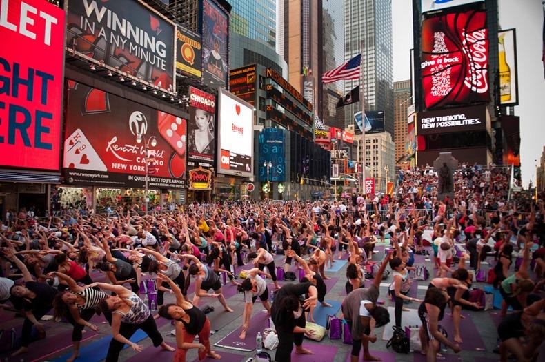 Йога недели: массовая тренировка в центре Нью-Йорка