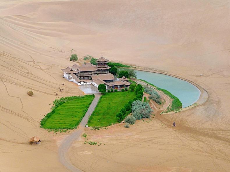Озеро изумрудного полумесяца в Китае