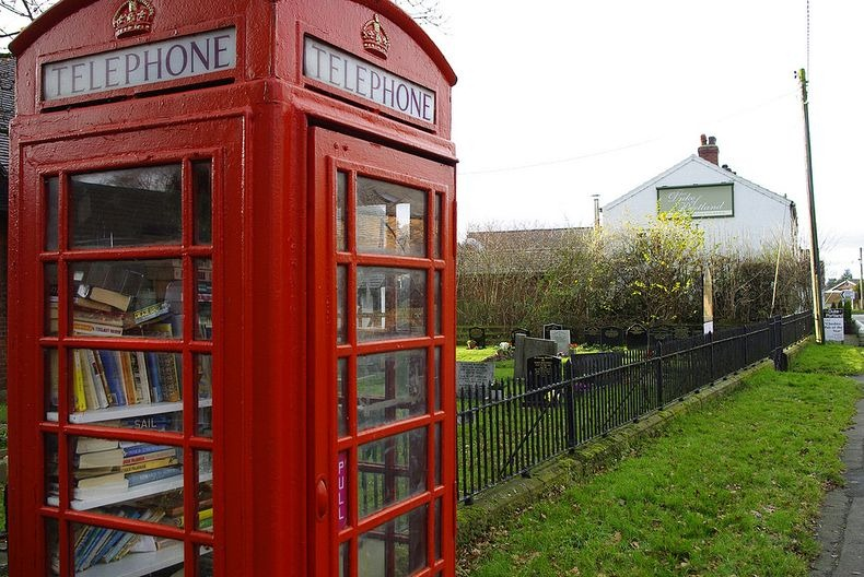 Как англичане спасают телефонные будки
