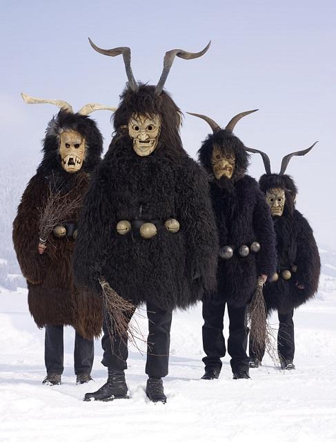 Европейцы в языческих костюмах животных