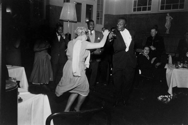 Фото негр и белая танцуют фото 106-620