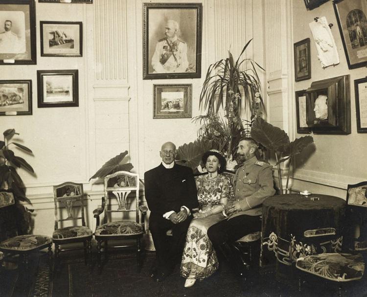 Надежда Александровна с Николаем Константиновичем и его братом Константином (поэт К. Р.)