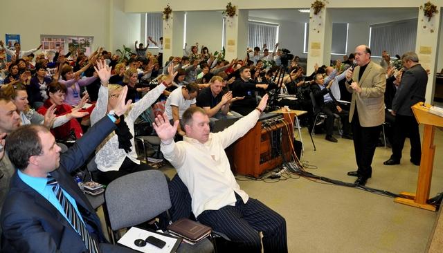 foto-pyanih-sobranie-protestantov-video-foto-zhenshin